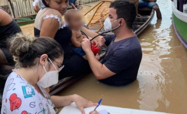 COM CHEIA DE RIO, MÉDICO DE TARAUACÁ ATENDE BEBÊ DENTRO DA ÁGUA: 'TENTAR AMENIZAR O SOFRIMENTO', DIZ