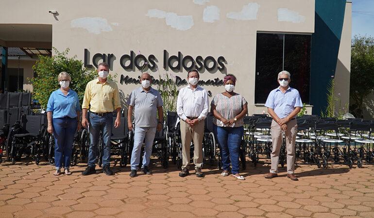 Em Vilhena, deputado Luizinho Goebel entrega equipamentos de locomoção para o Lar dos Idosos