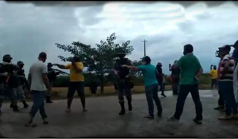 VÍDEOS: em Machadinho, após laticínios reduzirem preço do litro do leite, produtores fazem protesto, polícia é chamada e usa spray de pimenta contra manifestantes