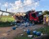 Caminhão carregado com botijas de gás bate em poste e derruba rede elétrica em Porto Velho
