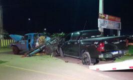 Motorista perde controle de veículo e bate em caminhonete estacionada; VEJA FOTOS