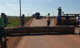BR-364 é fechada por manifestantes perto da divisa entre RO e AC