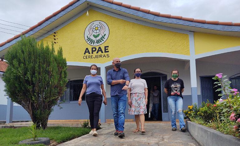 APAE de Cerejeiras recebe R$ 380 mil do deputado Ezequiel Neiva para compra de ônibus adaptado