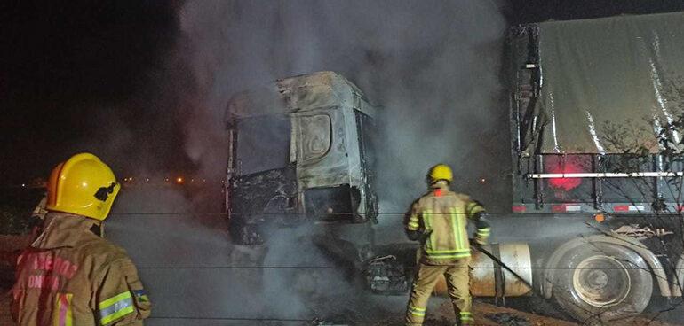 Bombeiros conseguem apagar fogo em carreta momentos antes de atingir o tanque de combustível em RO